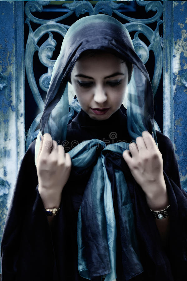 Femme gothique avec l'écharpe principale image stock