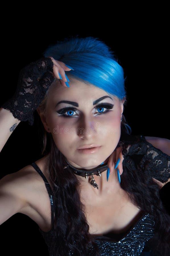 Femme gothique avec les poils et la manucure bleus photographie stock libre de droits