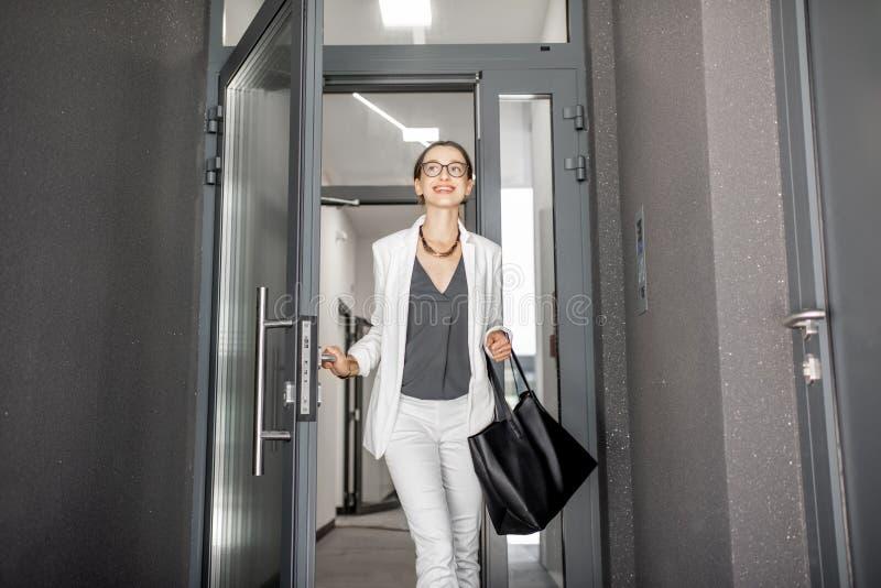 Femme gouing le bâtiment moderne photos stock