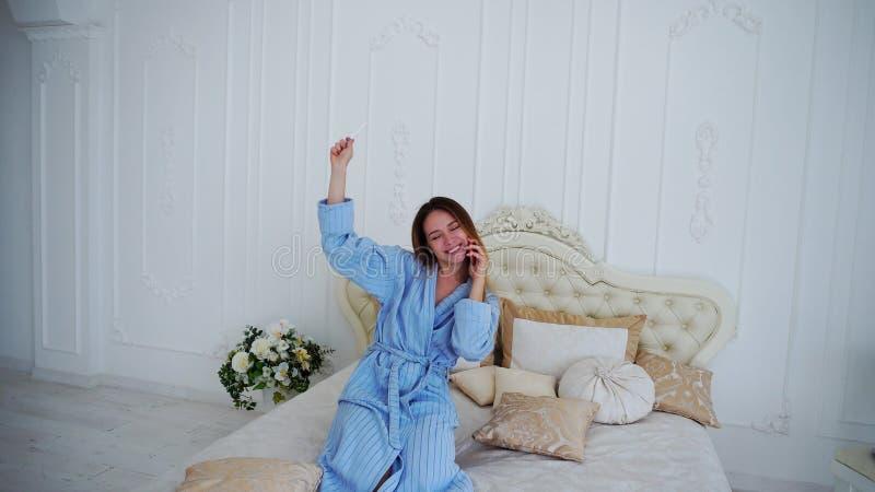 Femme grande excitée, résultat d'essai positif heureux pour les femmes enceintes, rapports dessus photo libre de droits
