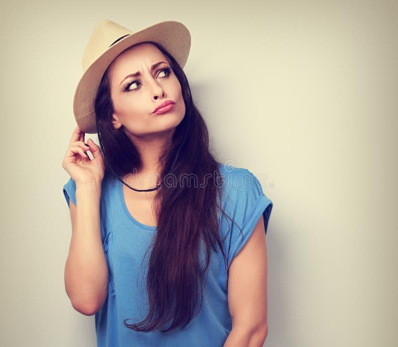 Femme grimaçante humoristique heureuse dans le chapeau d'été pensant au vaca photos libres de droits
