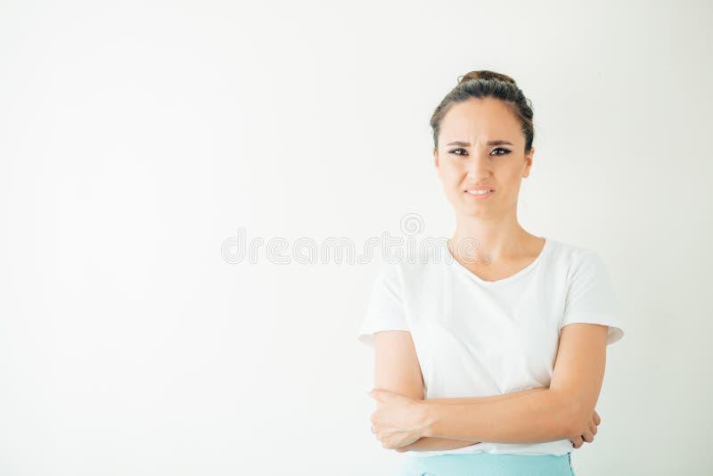 Femme grincheuse exprimant des émotions négatives Dégoût furieux d'apparence de femme image stock
