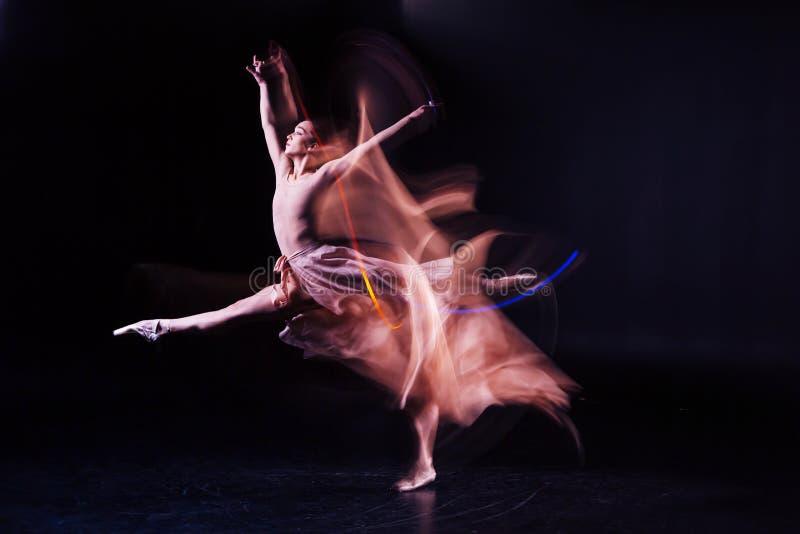 Femme habile agréable préparant une danse image stock