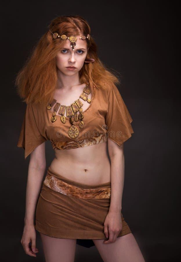 Femme habillée comme Amazone image libre de droits