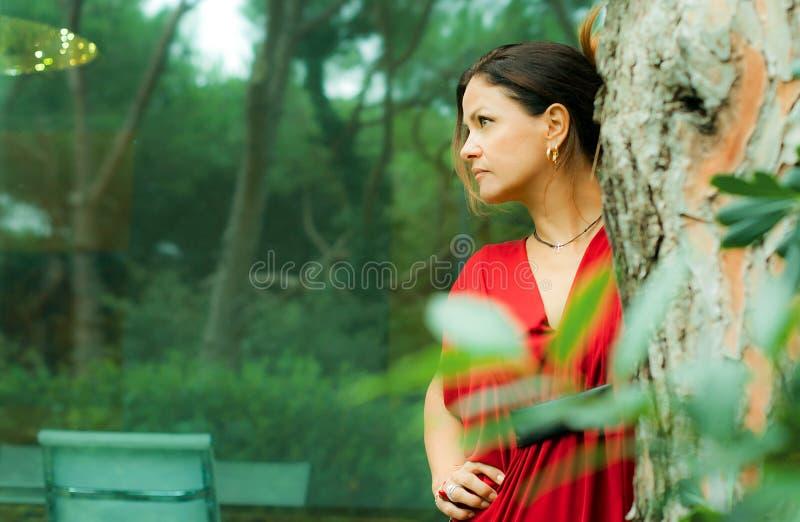 Femme habillée en rouge images libres de droits