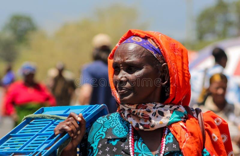 Femme habillée traditionnelle de tribu de masai en Afrique photos libres de droits