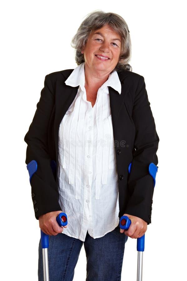 Femme handicapé avec des béquilles images stock