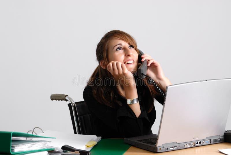 Femme handicapé d'affaires dans le fauteuil roulant photo libre de droits