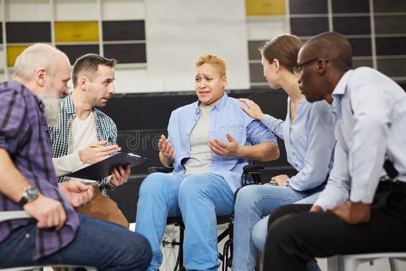 Femme handicapée au comité de soutien images stock