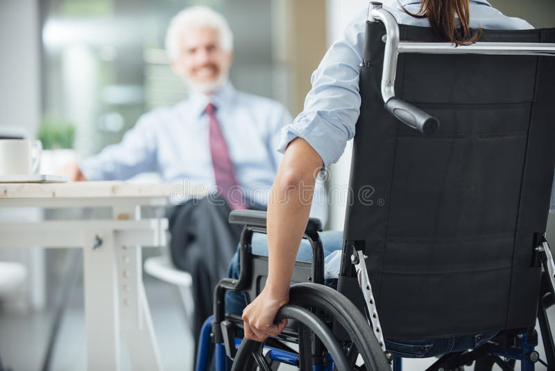 Femme handicapée ayant une réunion d'affaires photo libre de droits
