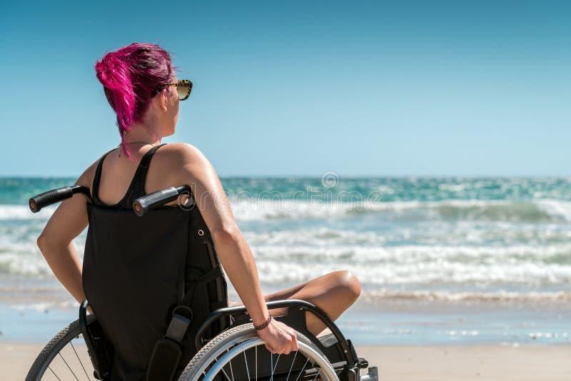 Femme handicapée dans le fauteuil roulant photographie stock