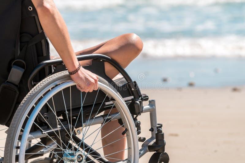 Femme handicapée dans le fauteuil roulant image stock