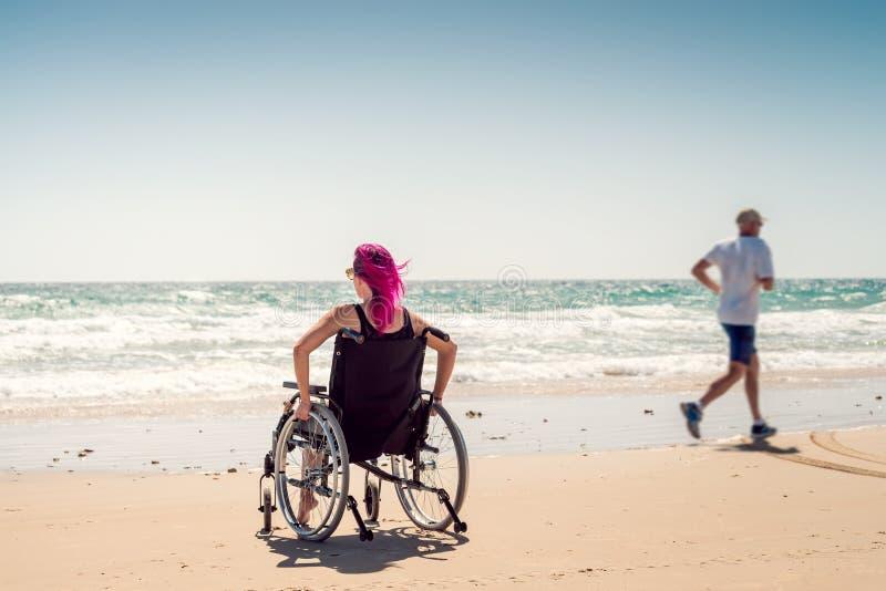 Femme handicapée et homme courant photos libres de droits