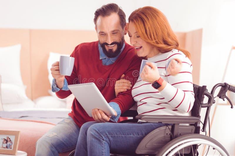 Femme handicapée gaie dépendant de son mari photo stock