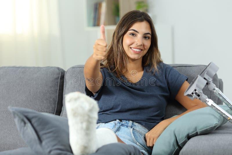 Femme handicapée heureuse avec des pouces  image stock