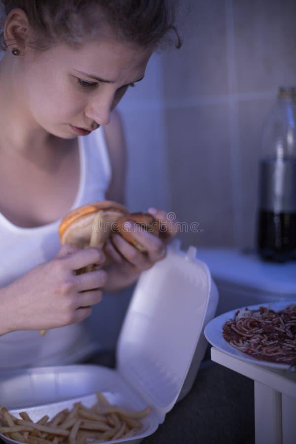 Femme hantée avec la nourriture images libres de droits