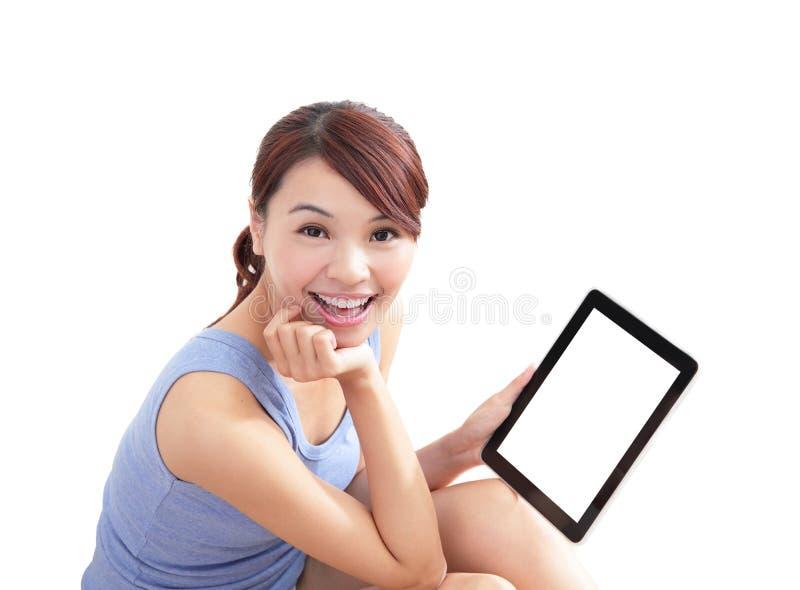 Femme heureuse à l'aide du PC de comprimé images stock