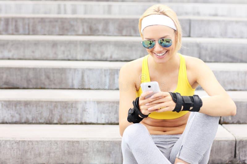Femme heureuse à l'aide du téléphone portable photographie stock