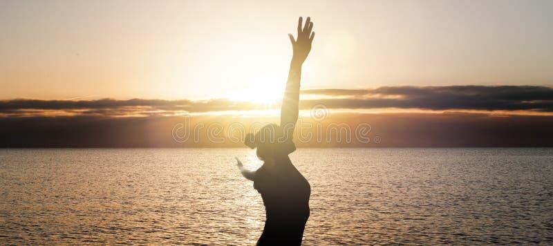 Femme heureuse à l'océan photo libre de droits