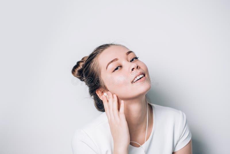 Femme heureuse écoutant la musique sur des écouteurs Détendez, harmonie photo stock