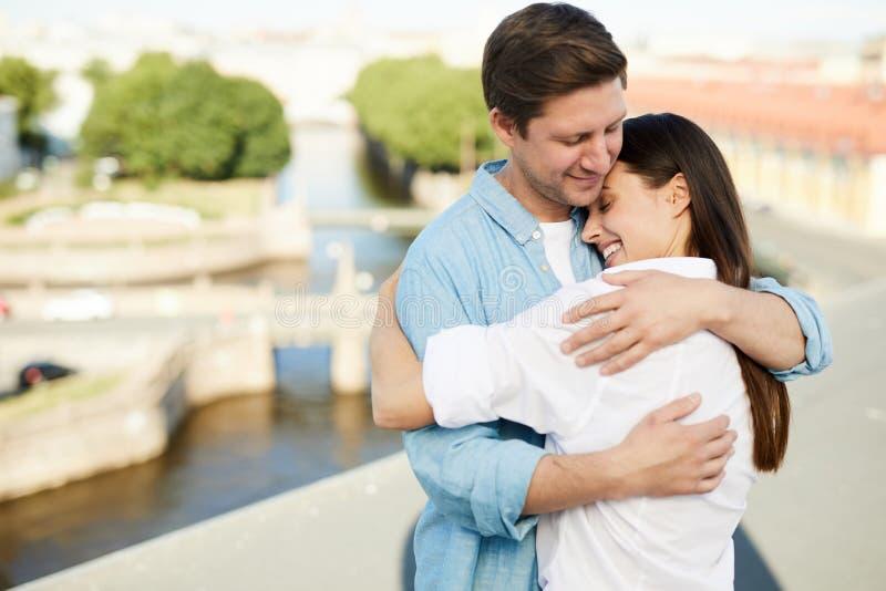Femme heureuse étreignant l'ami avec amour photographie stock