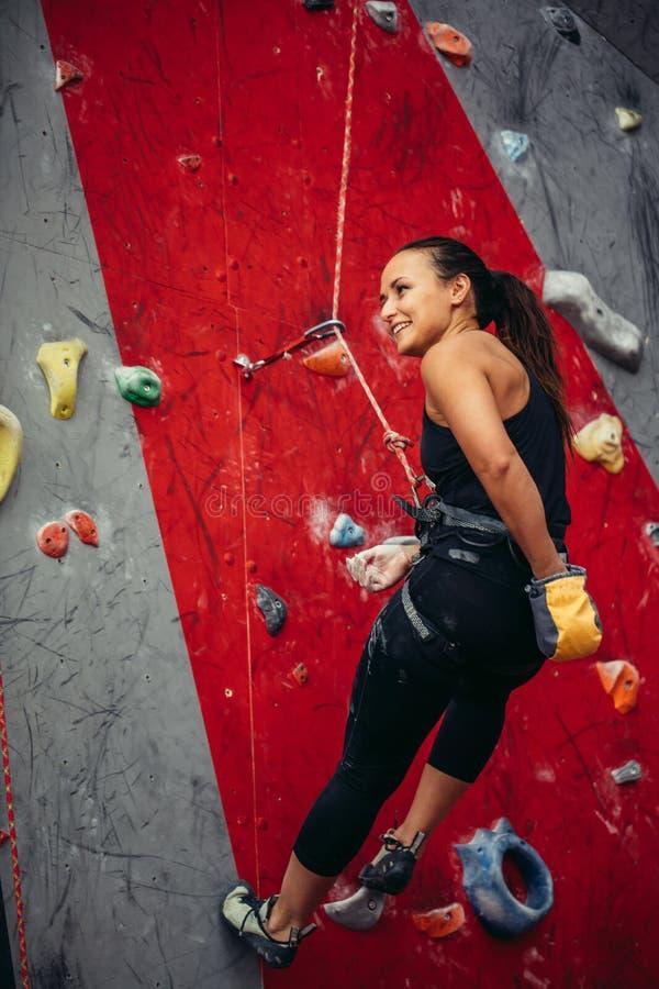 Femme heureuse active surplombant sur la corde raide au centre s'élevant de formation images stock