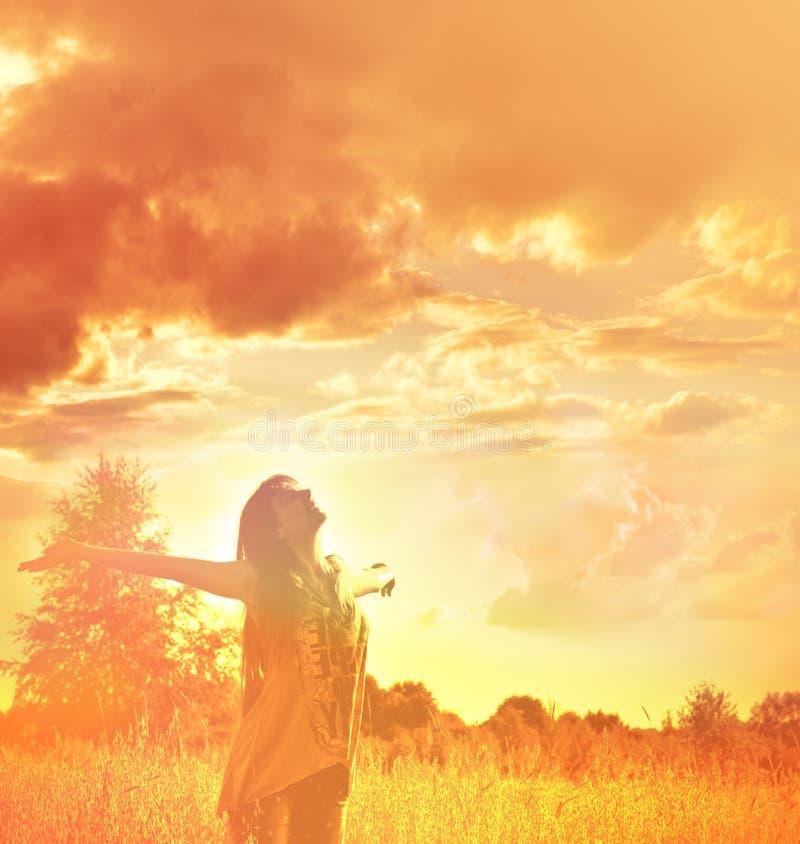 Femme heureuse appréciant le bonheur, la liberté et la nature images libres de droits