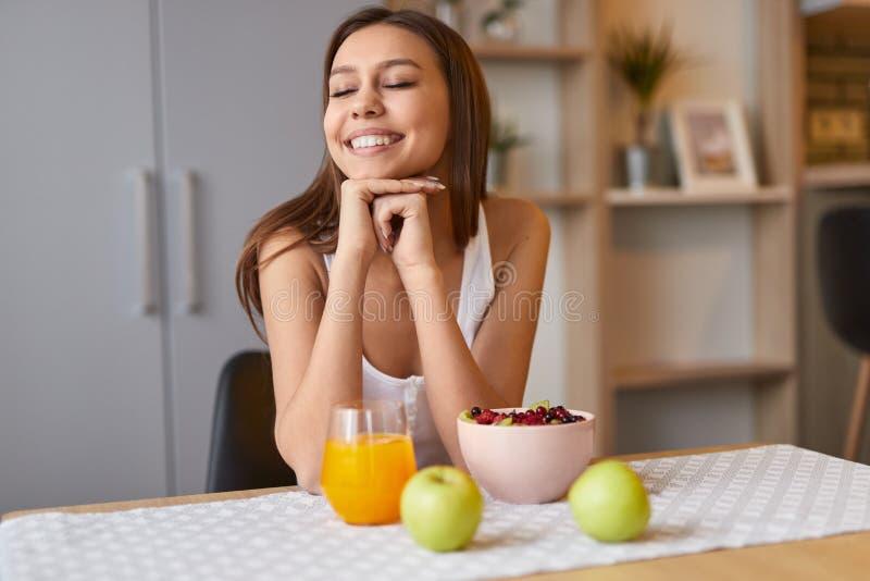 Femme heureuse appréciant le petit déjeuner sain photos libres de droits