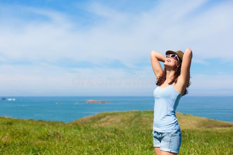 Femme heureuse appréciant le voyage de vacances de côte photographie stock