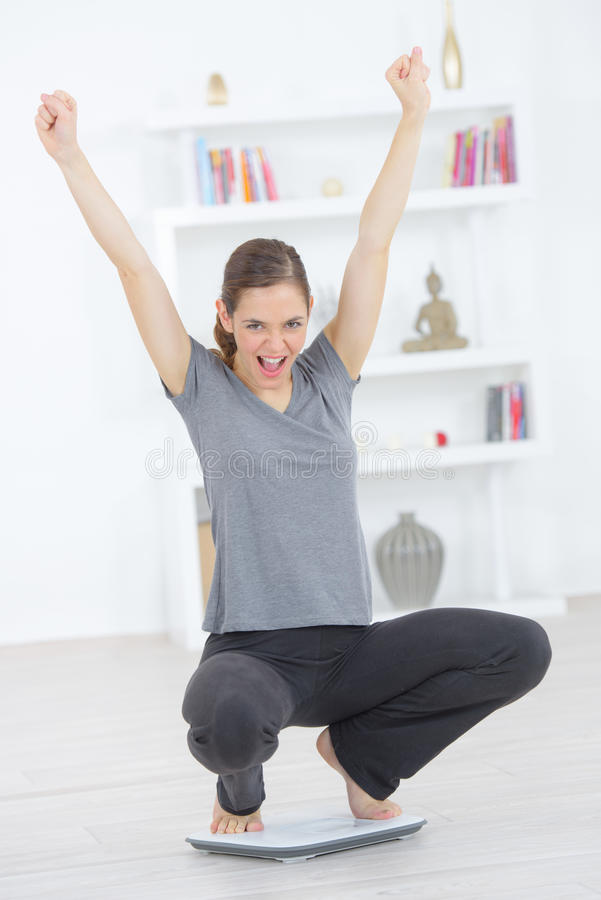 Femme heureuse après la perte de poids image libre de droits