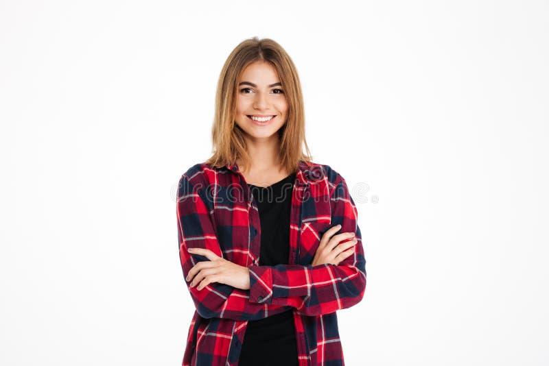 Femme heureuse assez jeune se tenant avec des bras croisés images stock