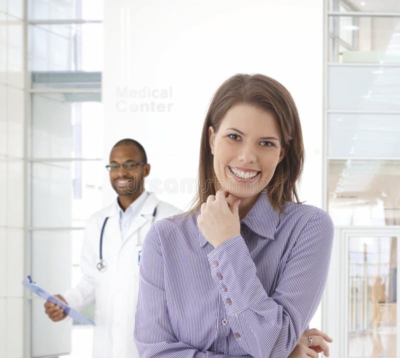 Femme heureuse au centre médical photos libres de droits
