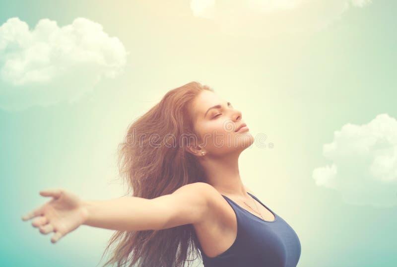 Femme heureuse au-dessus de ciel et de soleil images libres de droits