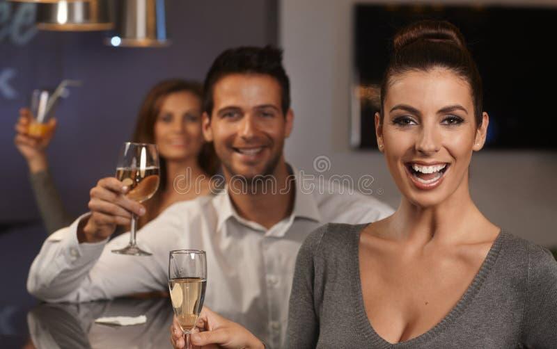 Femme heureuse avec des amis images stock