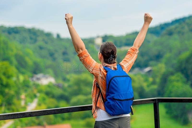 Femme heureuse avec des mains, appréciant la liberté photographie stock