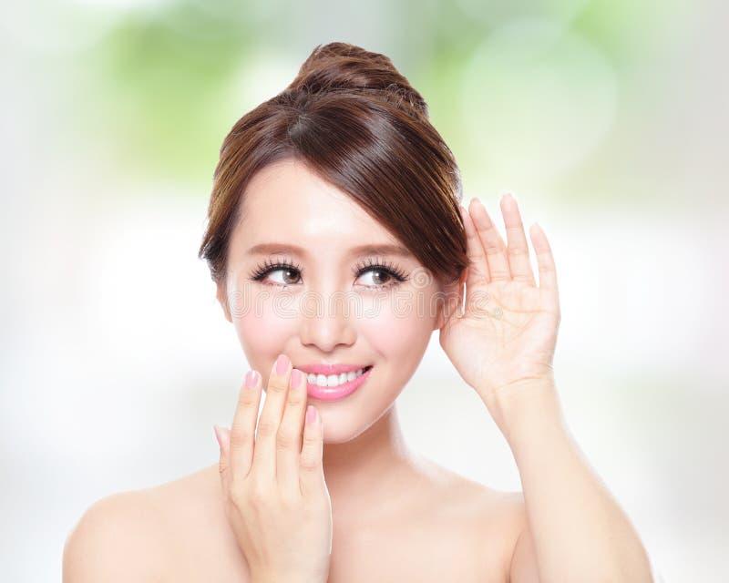 Femme heureuse avec l'entretien de peau de santé à vous photo stock