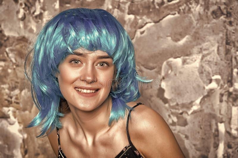 Femme heureuse avec la perruque bleue de cheveux Sourire de femme avec les cheveux élégants Fille de beaut? avec le regard et le  image stock