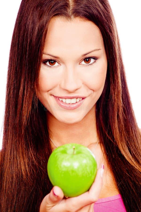 Femme heureuse avec la pomme verte images stock
