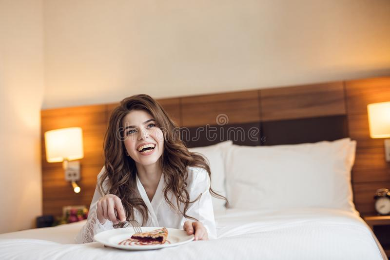 Femme heureuse avec le petit déjeuner photos stock