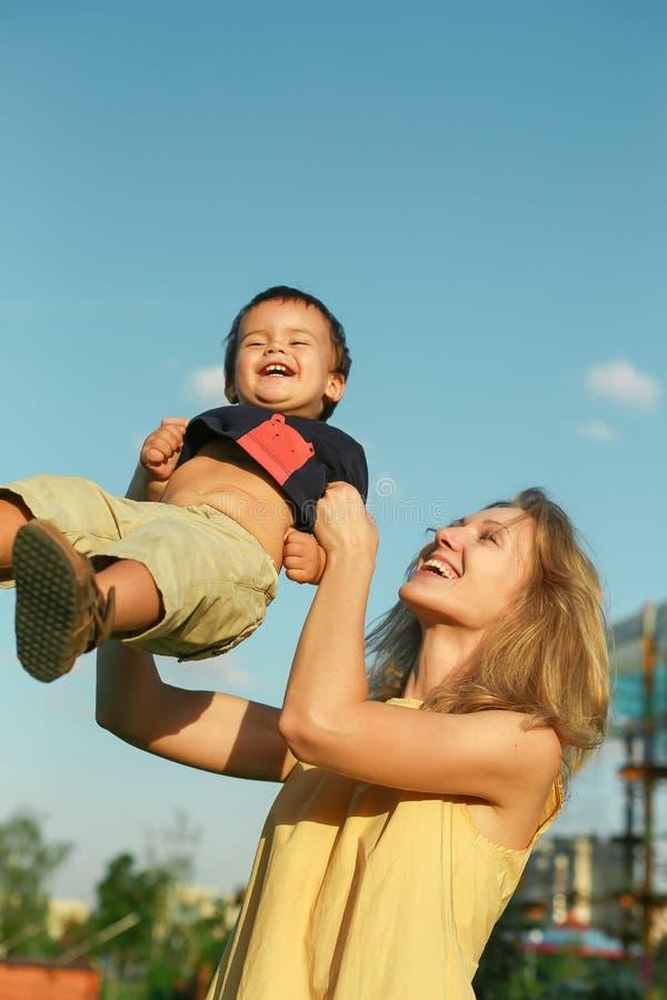 Femme heureuse avec le petit enfant masculin photographie stock