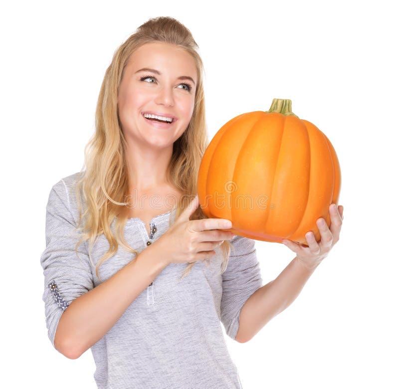 Femme heureuse avec le potiron de thanksgiving photographie stock