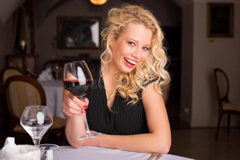 Femme heureuse avec le sourire de vin image libre de droits