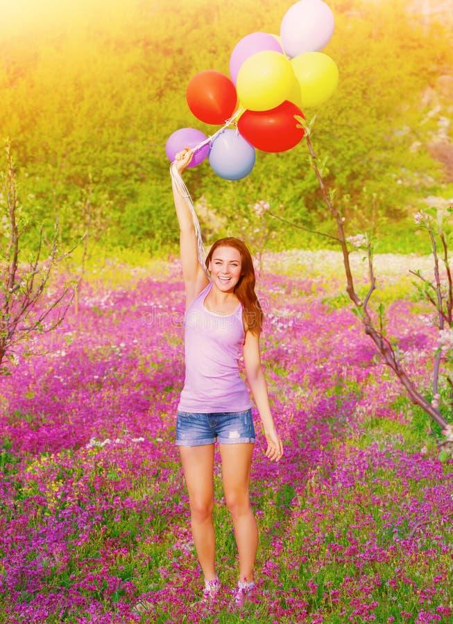 Femme heureuse avec les ballons colorés photographie stock libre de droits