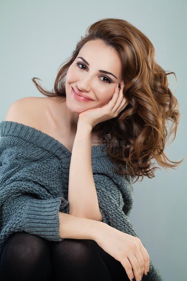 Femme heureuse avec les cheveux bouclés rouges Modèle roux image stock