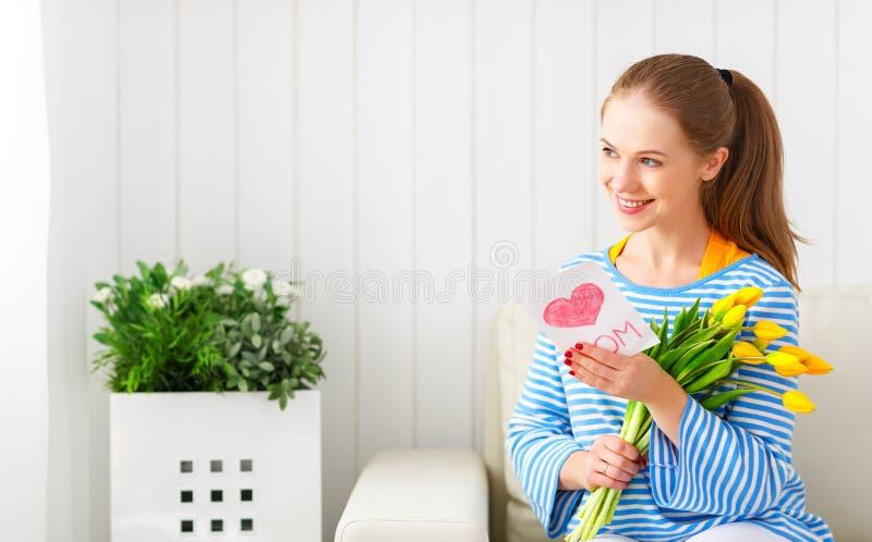 Femme heureuse avec les fleurs jaunes dans le jour de mères photos libres de droits