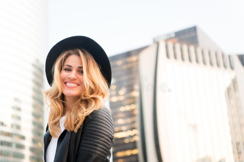 Femme heureuse avec les longs cheveux blonds, coiffure, à Paris, Frances Femme sensuelle dans le sourire de chapeau noir extérieu photo libre de droits