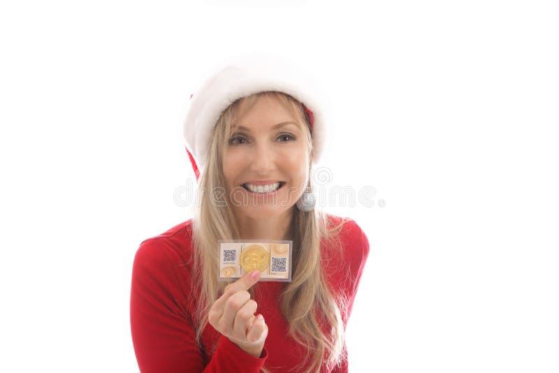 Femme heureuse avec sa pièce de monnaie de cryptocurrency et portefeuille numérique concentrés photographie stock libre de droits