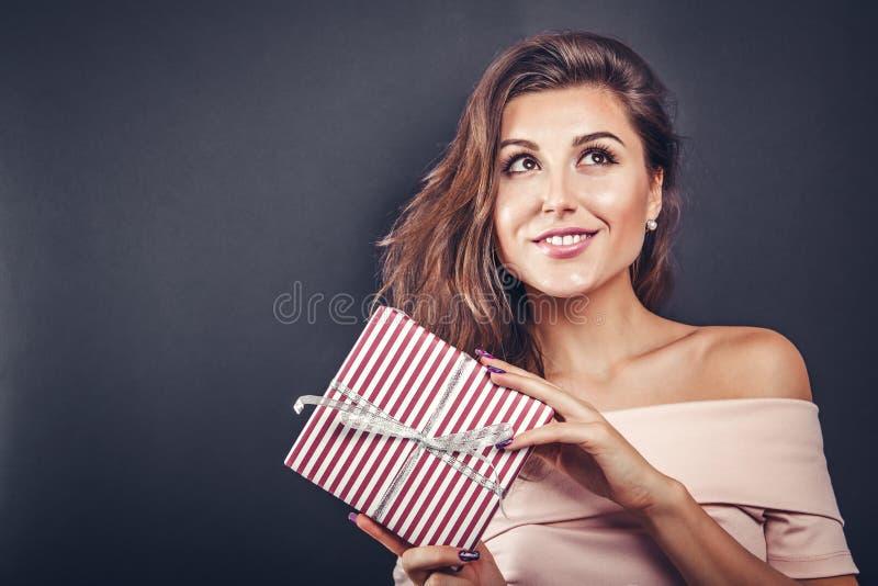 Femme heureuse avec un boîte-cadeau pour le jour du ` s de Valentine photographie stock libre de droits