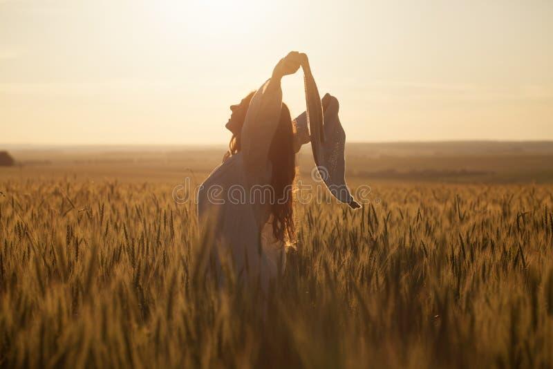 Femme heureuse avec un châle dans le domaine photographie stock libre de droits