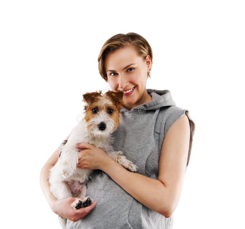 Femme heureuse avec un chien - d'isolement au-dessus du fond blanc photographie stock libre de droits